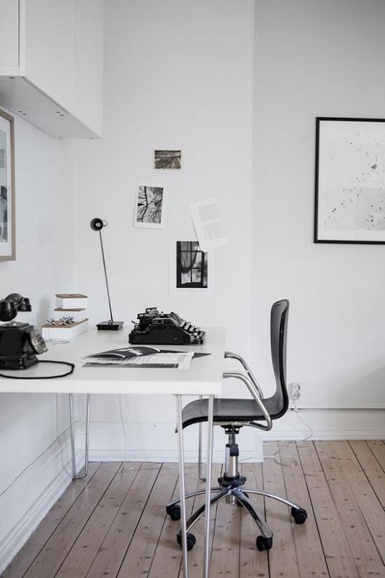 Farben fürs Heimbüro minimalistisch eingerichtet in Weiß schwarze Akzente Holzboden