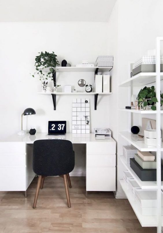 Farben fürs Heimbüro minimalistisch eingerichtetes Homeoffice in Weiß schwarze Akzente Lampe Stuhl Uhr grüne Zimmerpflanzen