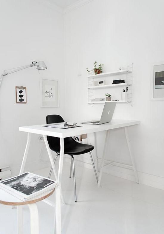 Farben fürs Heimbüro minimalistisch eingerichtetes Homeoffice in Weiß schwarzer Stuhl als Akzent