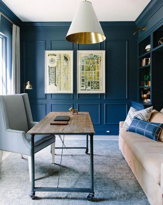 Farben fürs Heimbüro sehr ansprechende Atmosphäre in Blau Goldakzente Sofa Sessel Teppich rustikaler Tisch