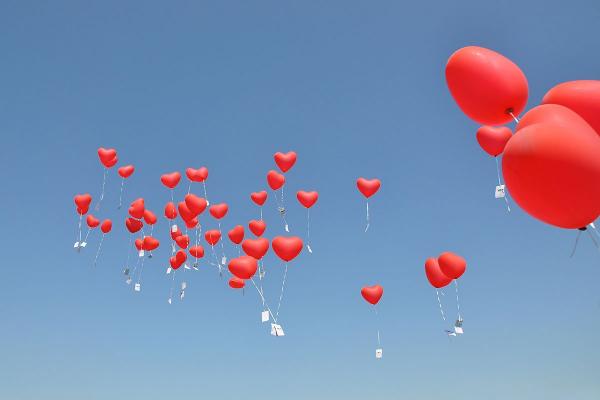 Ballonkarten für die Hochzeit fliegen durch die Luft amüsantes Spiel großartiges Farbspektakel