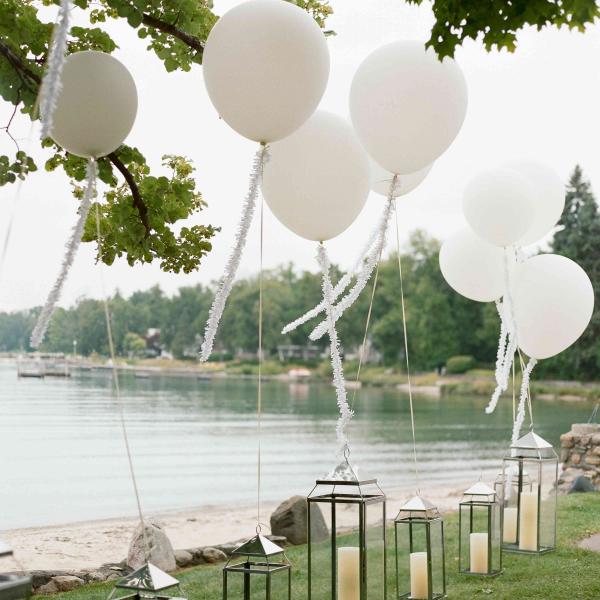 Ballonkarten für die Hochzeit weiße Ballons schöne Deko am Hochzeitsort
