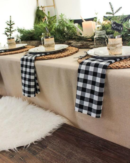 Festliche Tischdeko Ideen zu Weihnachten Servietten in Karos schwarz