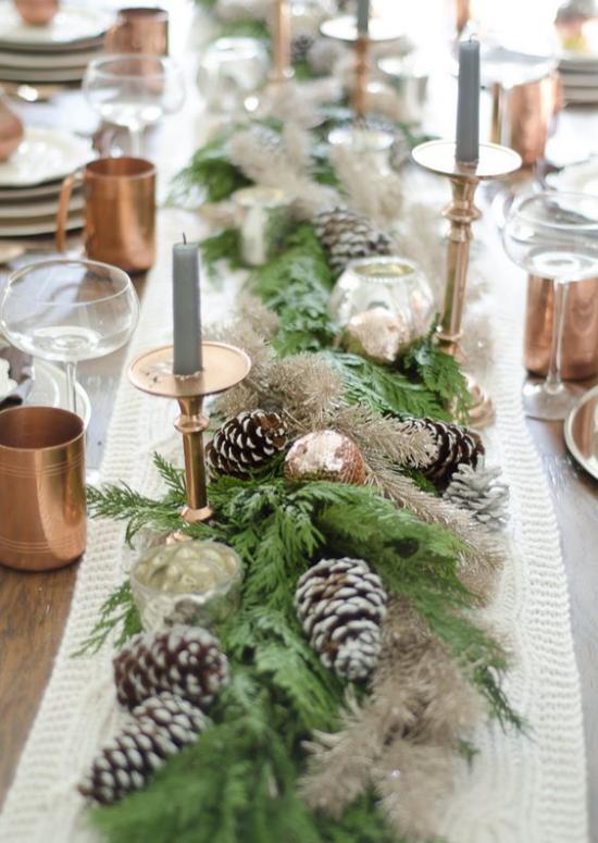 Festliche Tischdeko Ideen zu Weihnachten Tischläufer Kerzen Tannengrün