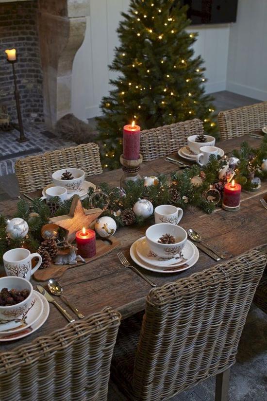 Festliche Tischdeko Ideen zu Weihnachten angezündete rote Kerzen Holzstern