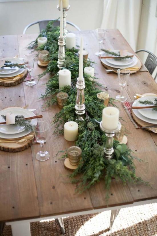 Festliche Tischdeko Ideen zu Weihnachten gedeckter Tisch im rustikalen Stil das Festmahl beginnt