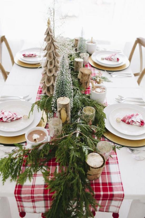 Festliche Tischdeko Ideen zu Weihnachten karierter Tischläufer rot weiß definiter Blickfang