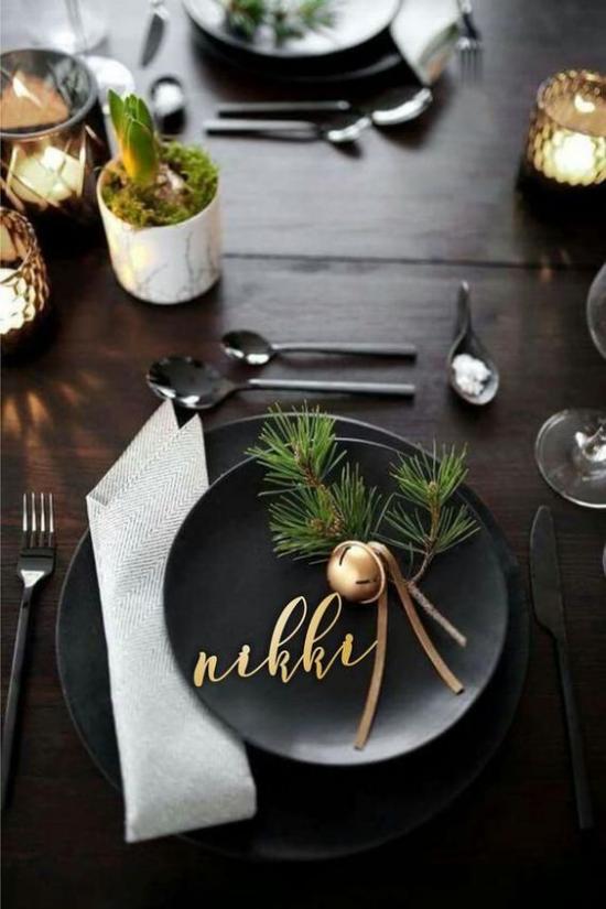 Festliche Tischdeko Ideen zu Weihnachten modernes schwarzes Gedeck etwas Grün Goldglitzer