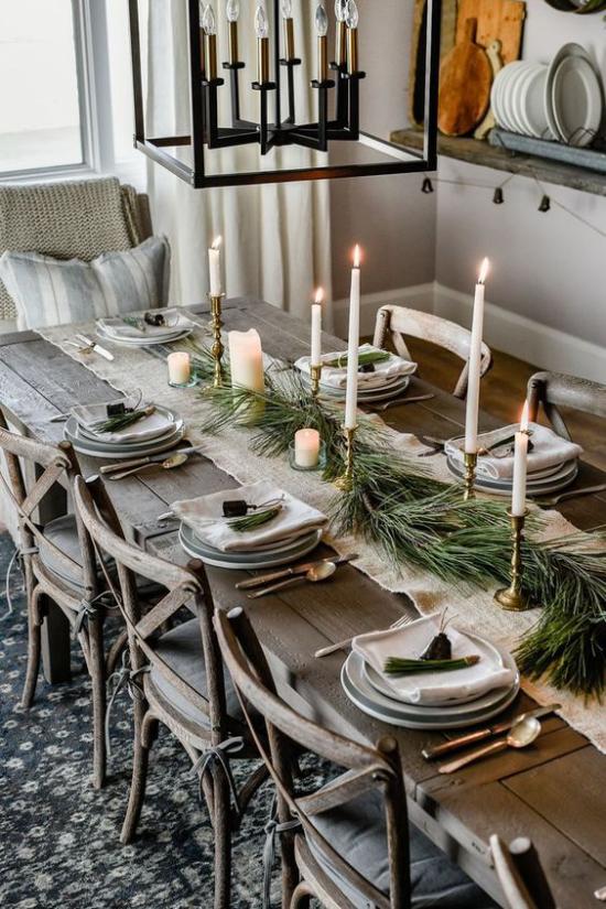 Festliche Tischdeko Ideen zu Weihnachten rustikal und gemütlich langer Holztisch
