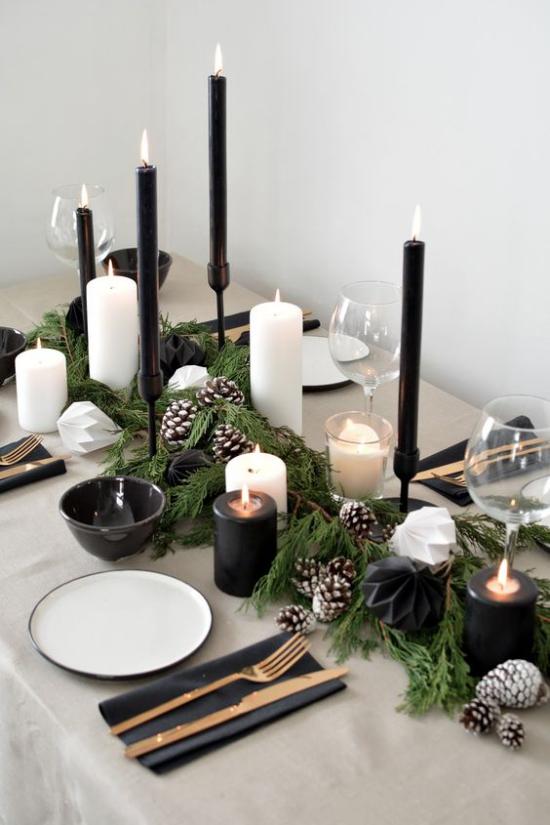 Festliche Tischdeko Ideen zu Weihnachten schönes Gedeck Kerzen angezündet schwarz-weiß in Kontrast