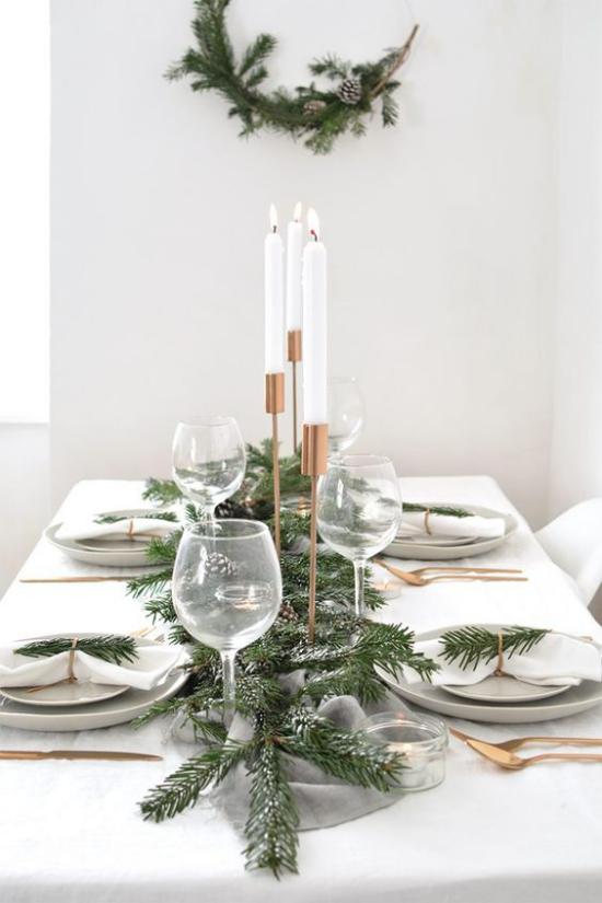 Festliche Tischdeko Ideen zu Weihnachten schlicht aber sehr elegant weiße Kerzen