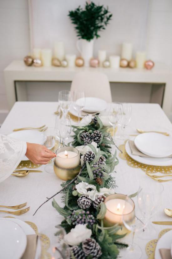 Festliche Tischdeko Ideen zu Weihnachten stilvoll in Weiß Goldakzente Kerzen