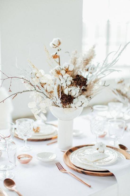 Festliche Tischdeko Ideen zu Weihnachten weißes Arrangement Holz goldene Glitzer