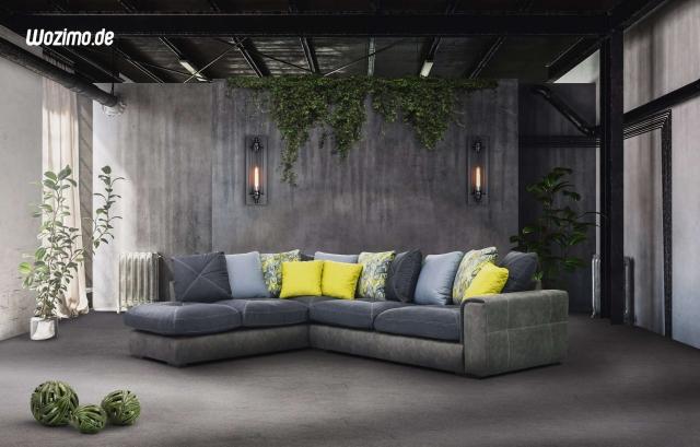 Großes Sofa mit farbigen Kissen